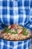 Wielki koloru uzbeka pilaf naczynie z korzennym czerwonym pieprzem i świeżym cilantro Obraz Royalty Free