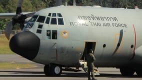 Wielki królewski Tajlandzki siły powietrzne samolot zdejmuje od Mae Hong syna lotniska pasa startowego zdjęcie wideo