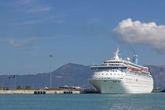 Wielki krążownika statek w portowym Corfu Obrazy Royalty Free
