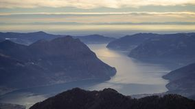 Wielki krajobraz przy Iseo jeziorem w, mg?owy, Panorama od Monte Pora, Alps, W?ochy zdjęcie stock