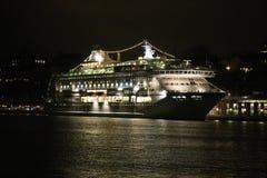 Wielki luksusowy statek wycieczkowy na wodzie morskiej przy nocą z iluminującym światłem dokował przy portem Sztokholm fotografia royalty free