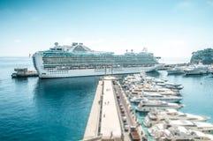 Wielki luksusowy statek wycieczkowy w porcie morskim. Obraz Stock
