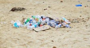Wielki śmieciarskiego usypu odpady klingeryt butelki na piasku Fotografia Royalty Free