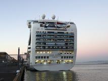 Wielki następczyni tronu linii promowej statek wycieczkowy dokujący na molu Obrazy Royalty Free
