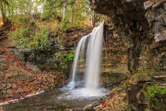 wielki naturalny widok Niagara escarpment zielonego pasa siklawa w pięknych wygodnych jesieni drewnach Zdjęcia Stock