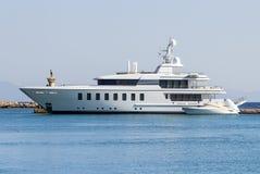 Wielki nowożytny biały intymny jacht przy dok Zdjęcia Royalty Free