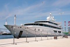 Wielki nowożytny biały jacht zakotwiczał w biednych miast Pula Zdjęcie Royalty Free