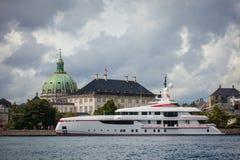 Wielki nowożytny luksusowy jacht zakotwiczał w schronieniu Kopenhaga Zdjęcia Stock