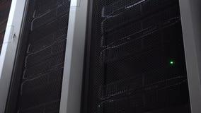 Wielki nowożytny oblicza centrum Serwerów stojaki z rozblaskowymi światłami zdjęcie wideo