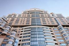 Wielki nowożytny budynek mieszkalny, widok spod spodu Fotografia Stock