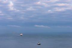 Wielki oceanu statek wycieczkowy po mała łódka w oceanie Obrazy Stock