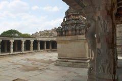 Wielki otwarty prakara i niewiadoma świątynia jak widzieć od Maha, Krishna świątynia, Hampi, Karnataka Święty centrum fotografia royalty free