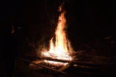 Wielki płomienia ogniska czerni tło obrazy stock