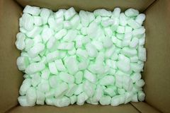Wielki pakuje pudełko wypełniał z wiele białymi styrofoam wyrkami zdjęcie stock