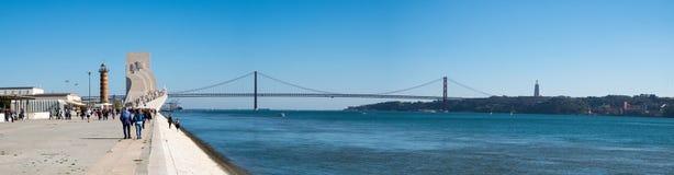 Wielki panoramiczny widok Padrao dos Descobrimentos i Ponte 25 De Abril Przerzucający most, (zabytek odkrycie) (25th Kwiecień obraz stock