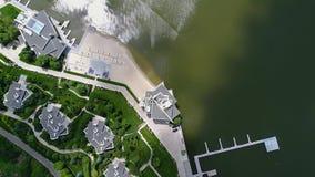 Wielki pi?kny budynek na brzeg jezioro, widok od trutnia Wielkiego bia?ego budynku na jeziorze pi?knym zbiory