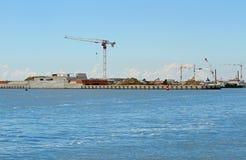 Wielki plac budowy na seashore dla budowy da Obraz Stock
