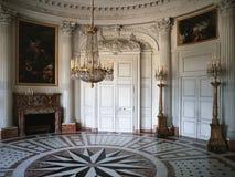 Wielki pokój z drewnianą ścianą i obrazy przy Versailles pałac obraz royalty free