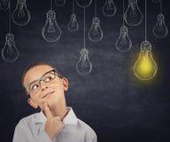 wielki pomysł Mądrze chłopiec z rozwiązania lightbulb zdjęcia stock