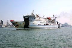 Wielki promu statek Opuszcza Kaohsiung port Fotografia Royalty Free