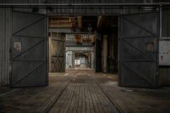 Wielki przemysłowy drzwi obrazy stock