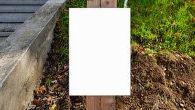Wielki Pusty Plenerowy reklama sztandaru znak Na Pięknego słonecznego dnia Białego pokazu szablonu ścinku ścieżki Bezpłatnej prze zdjęcia stock