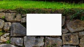 Wielki Pusty Plenerowy reklama sztandaru znak Na Pięknego słonecznego dnia Białego pokazu szablonu ścinku ścieżki Bezpłatnej prze fotografia royalty free