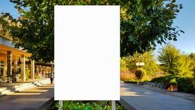 Wielki Pusty Plenerowy reklama sztandaru znak Na Pięknego słonecznego dnia Białego pokazu szablonu ścinku ścieżki Bezpłatnej prze obraz royalty free