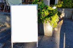 Wielki Pusty Plenerowy reklama sztandaru znak Na Pięknego słonecznego dnia Białego pokazu szablonu ścinku ścieżki Bezpłatnej prze zdjęcie royalty free