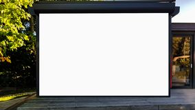 Wielki Pusty Plenerowy reklama sztandaru znak Na Pięknego słonecznego dnia Białego pokazu szablonu ścinku ścieżki Bezpłatnej prze obraz stock