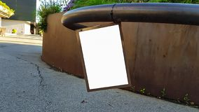 Wielki Pusty Plenerowy reklama sztandaru znak Na Pięknego słonecznego dnia Białego pokazu szablonu ścinku ścieżki Bezpłatnej prze fotografia stock