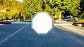 Wielki Pusty Plenerowy reklama sztandaru znak Na Pięknego słonecznego dnia Białego pokazu szablonu ścinku ścieżki Bezpłatnej prze zdjęcie stock