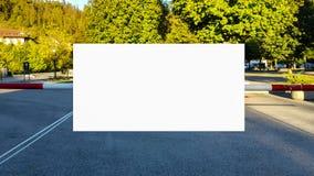 Wielki Pusty Plenerowy reklama sztandaru znak Na Pięknego słonecznego dnia Białego pokazu szablonu ścinku ścieżki Bezpłatnej prze obrazy royalty free