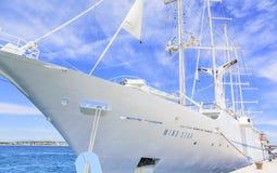 Wielki rejsu żeglowania statek w porcie na bulwarze miasto Zadar Zdjęcia Stock
