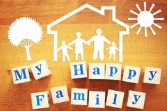 wielki rodzinny szczęśliwy Pojęcie z papierowymi rozcięciami i drewnianymi sześcianami fotografia royalty free