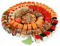 Wielki round spirali set rolki dekorował z liściem wasabi Fotografia Royalty Free