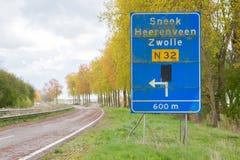 Wielki ruchu drogowego znak na zaniechanej drodze Fotografia Stock