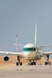 Wielki samolot pasażerski na th Zdjęcia Stock