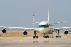 Wielki samolot pasażerski na th Zdjęcie Royalty Free