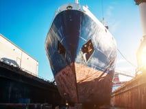 Wielki sejsmiczny, ładunek statek w doku na schronieniu dla lub, Przemysłowa nautyczna naczynie łódź w dockyard obraz royalty free