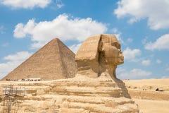 Wielki sfinks Giza i ostrosłup Khufu zdjęcie stock