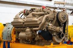 Wielki silnik diesla z ogromną turbiną w magazynie skończony - produkty fabryczni dla produkcji wielki kopalnictwo przewożą samoc zdjęcie stock
