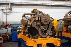 Wielki silnik diesla z ogromną turbiną w magazynie skończony - produkty fabryczni dla produkcji wielki kopalnictwo przewożą samoc obraz royalty free