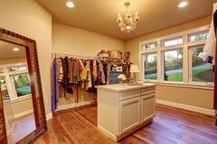 Wielki spacer w szafie z twarde drzewo podłoga Zdjęcie Royalty Free