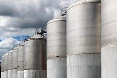 Wielki stali nierdzewnej fermentaci naczynie pod chmurnym niebem Fotografia Royalty Free