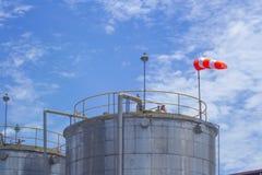 Wielki stalowy zbiornik z chemiczną substancją z wiatrowym kierunkiem ind obrazy royalty free