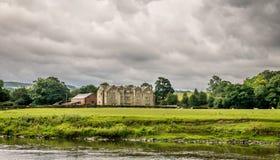 Wielki stary gospodarstwo rolne dom blisko rzeki z burz chmurami obraz royalty free