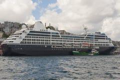 Wielki statek wycieczkowy cumujący na rzece Fotografia Stock