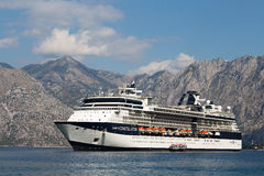 Wielki statek wycieczkowy osobistości gwiazdozbiór w Boka Kotorsky zatoce Montenegro Zdjęcie Stock