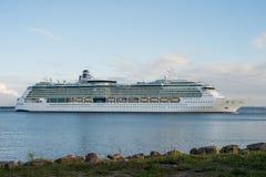 Wielki statek wycieczkowy w zatoce Finlandia morze bałtyckie obraz stock